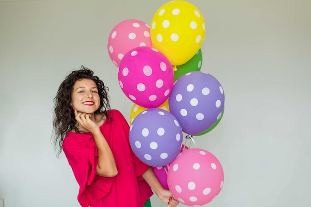Mooi schattig vrolijk meisje met gekleurde ballonnen
