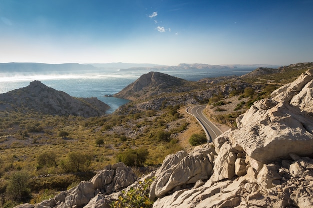 Mooi schot van adriatische weg, dalmatië, kroatië onder de blauwe hemel