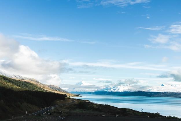 Mooi schot van alpiene heuvels en bergen naast een kalm meer