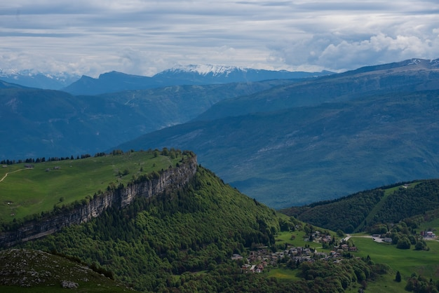 Mooi schot van beboste bergen onder een bewolkte hemel