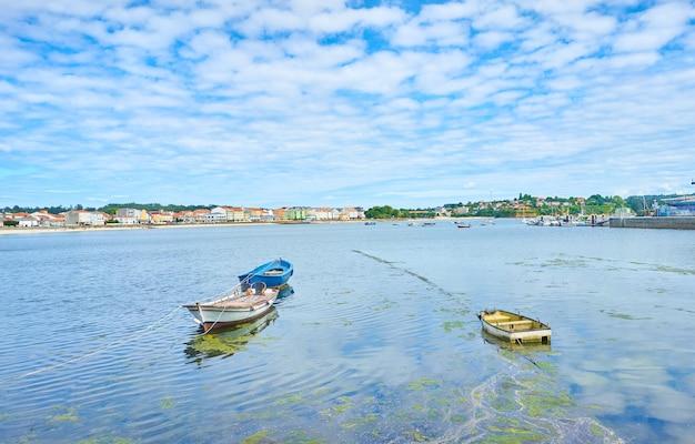 Mooi schot van boten op het water onder een heldere bewolkte hemel