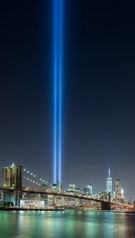 Mooi schot van brooklyn bridge park van new york city in de verenigde staten met een blauwe lichtstraal in de lucht