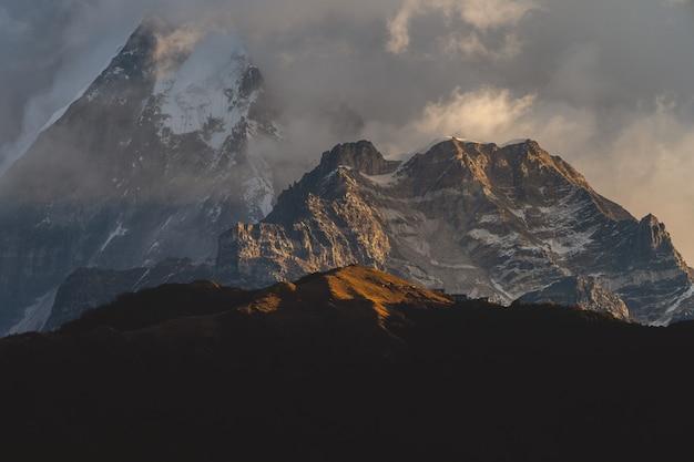 Mooi schot van de bergen van de himalaya in wolken