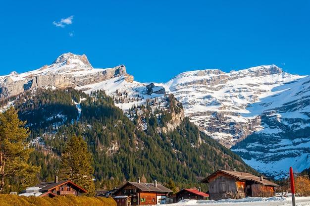 Mooi schot van de gletsjer diablerets onder een blauwe hemel in zwitserland