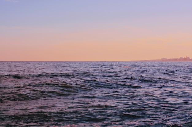 Mooi schot van de golven van de zee tijdens een zonnige dag op het strand