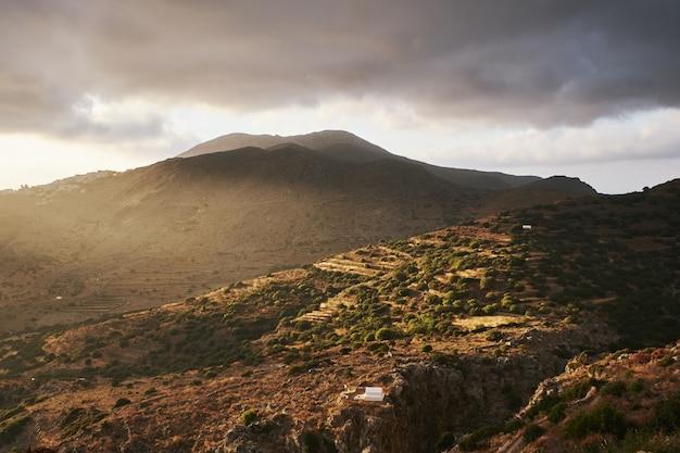 Mooi schot van de heuvels van aegiali op het eiland amorgos, griekenland