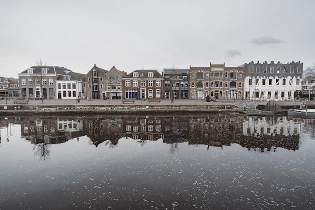 Mooi schot van de stadsarchitectuur met reflecties