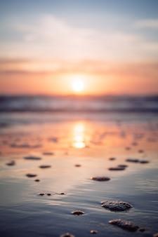 Mooi schot van de zee tijdens zonsondergang in hug point, oregon