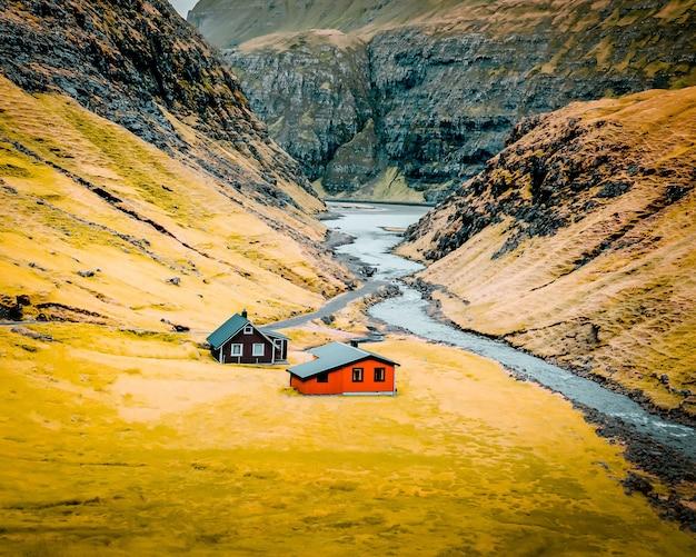 Mooi schot van een groot natuurlijk landschap met enkele kleine huizen in het midden