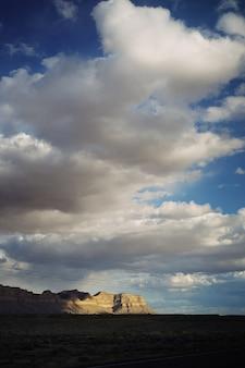 Mooi schot van een grote woestijn met adembenemende wolken en rotsachtige heuvels