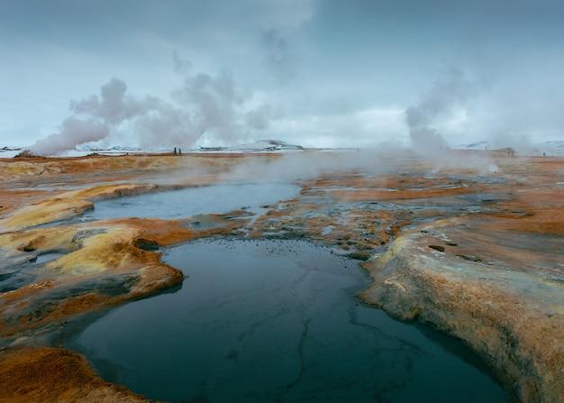 Mooi schot van een kleine meren in een rotsachtig veld