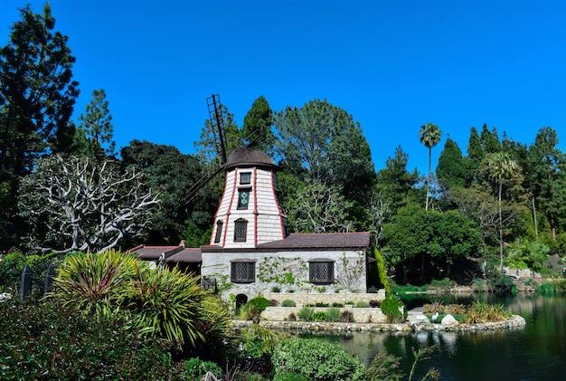 Mooi schot van een landgoed met een zwanenmeer omgeven door een groen landschap