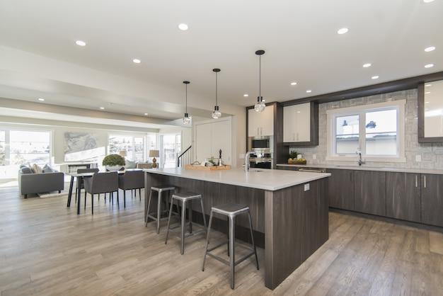 Mooi schot van een moderne huiskeuken en eetkamer