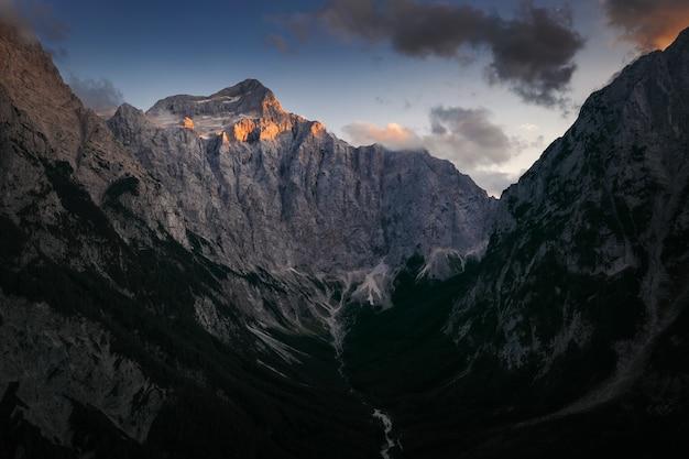 Mooi schot van een rotsberg onder de bewolkte hemel