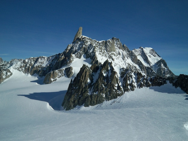 Mooi schot van een sneeuwlandschap dat door bergen in mont blanc wordt omringd