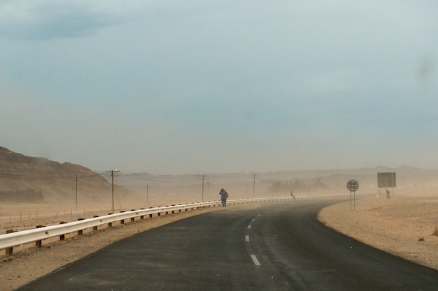 Mooi schot van een snelweg tijdens een stofstorm in namibië