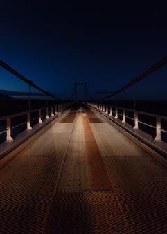 Mooi schot van een stalen brug in de nacht
