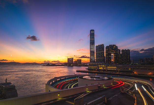 Mooi schot van een stedelijke stad met moderne architectuur en een prachtig landschap