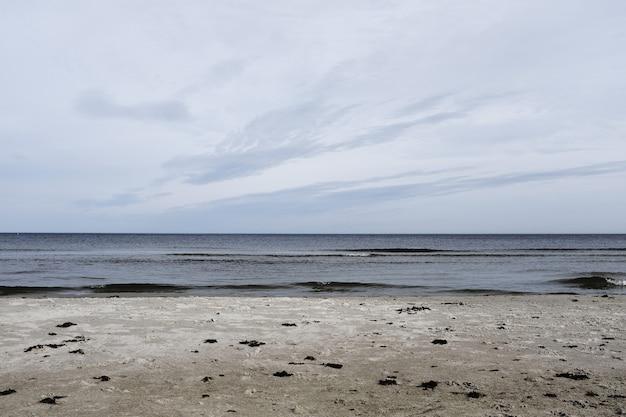 Mooi schot van een strand met de zee