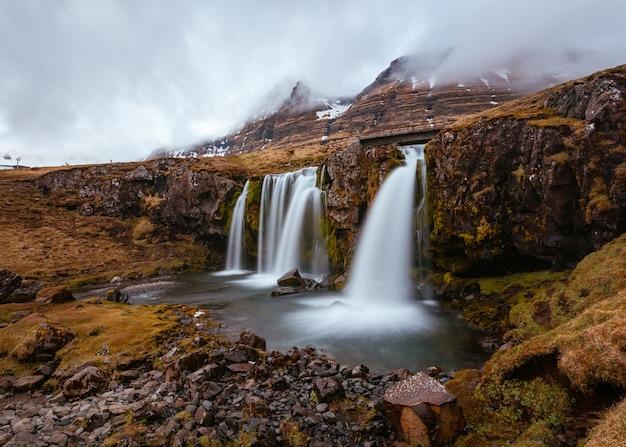 Mooi schot van een veld met watervallen op heuvels