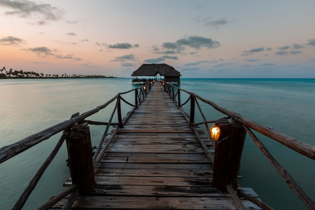 Mooi schot van een zonsondergang over een pijler in zanzibar, oost-afrika
