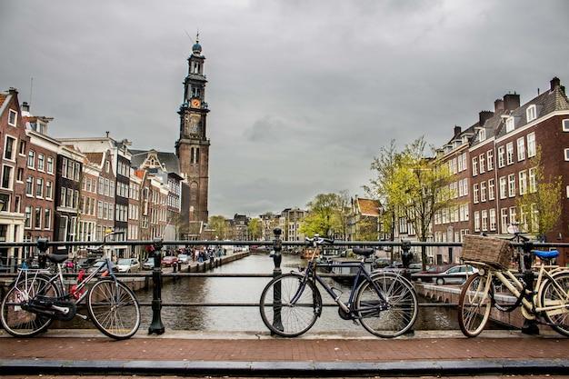 Mooi schot van fietsen leunde weer tegen het hek op een brug over de rivier
