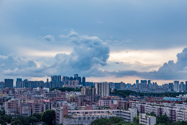 Mooi schot van gebouwen onder een blauwe bewolkte hemel