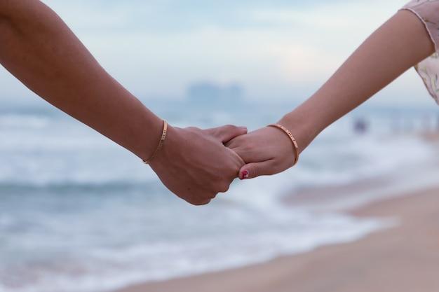 Mooi schot van handen van een liefdevol paar - liefdeconcept
