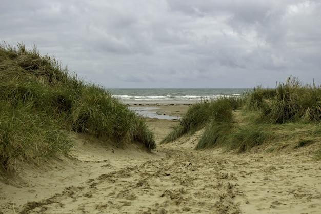 Mooi schot van het black rock sands beach op een bewolkte hemel in porthmadog, wales