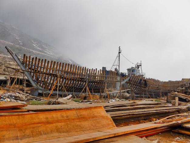 Mooi schot van het proces van de bouw van een schip op een bewolkte dag