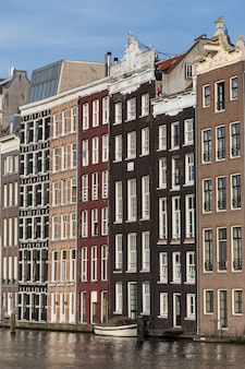 Mooi schot van kleurrijke gebouwen in amsterdam, nederland