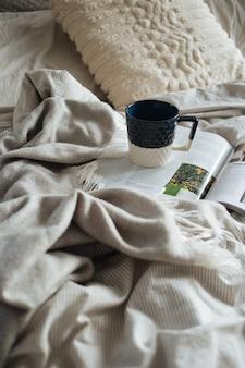 Mooi schot van koffie in de ochtend in bed - ochtend luiheid concept