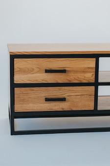 Mooi schot van modern houten meubilair dat op een wit wordt geïsoleerd