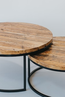 Mooi schot van modern houten meubilair dat op een witte achtergrond wordt geïsoleerd