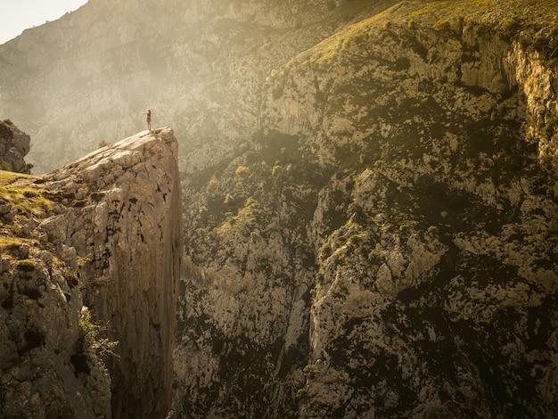 Mooi schot van rotsachtige heuvels onder een heldere hemel