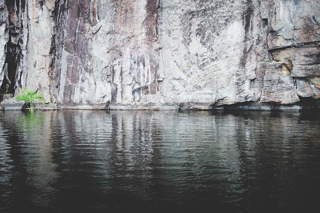 Mooi schot van rotsachtige klif in de buurt van een meer