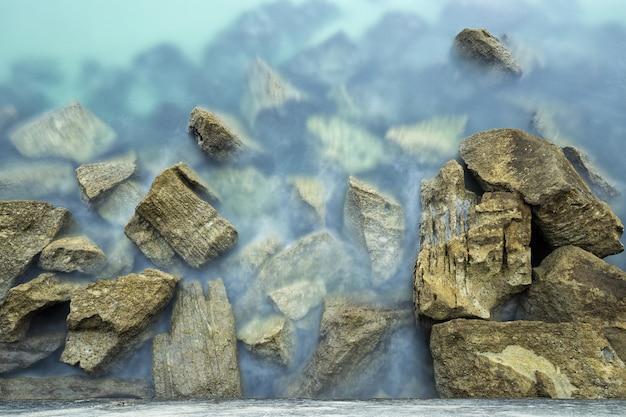 Mooi schot van rotsen in de kust