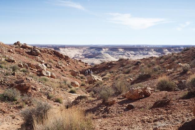 Mooi schot van steile rotsachtige heuvels op het platteland