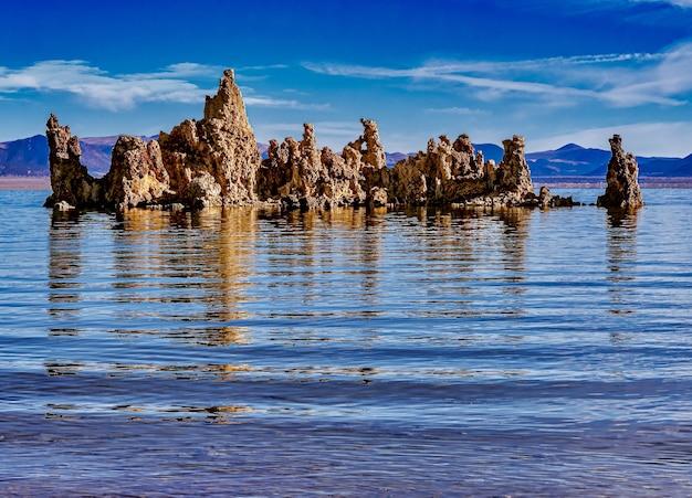 Mooi schot van tufa-torens bij mono lake tufa state natural reserve in californië