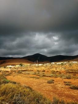 Mooi schot van zandig droog land vóór de storm in het natuurpark corralejo, spanje