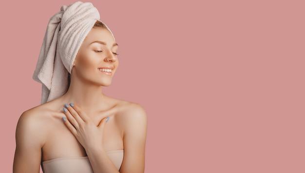 Mooi sensueel jong meisje met schone huid op een roze ondergrond