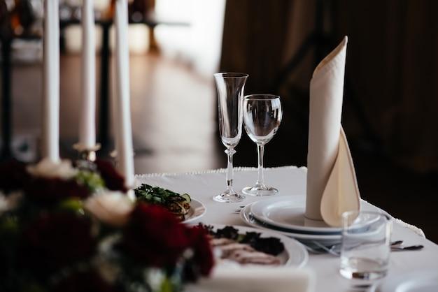 Mooi servies, bloemen en kaarsen decor decoratie