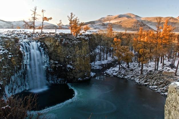 Mooi shot van een berglandschap gedeeltelijk bedekt met sneeuw