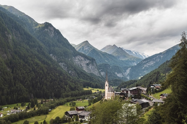 Mooi shot van een kleine vallei-gemeenschap met de beroemde in heiligenblut, karnten, oostenrijk