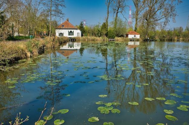 Mooi shot van een rivier met kleine huizen op de achtergrond overdag