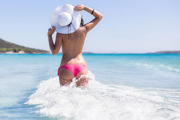 Mooi shot van een topless vrouw op het strand