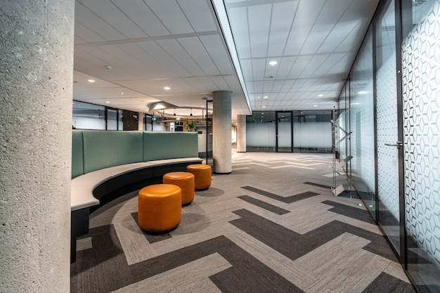Mooi shot van het moderne interieur van het open ruimte kantoor