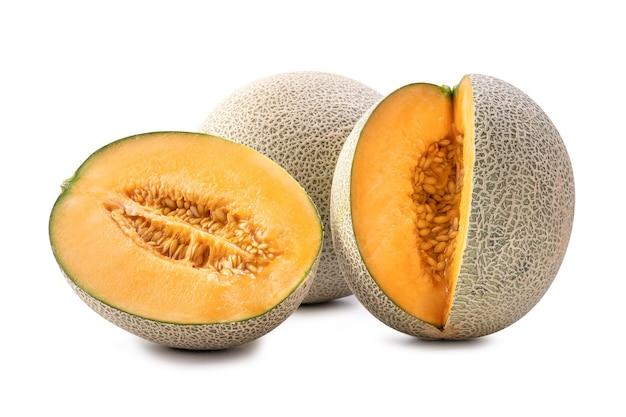 Mooi smakelijk vers rijp de meloenfruit van de rotskantaloep met zaden die op wit worden geïsoleerd.