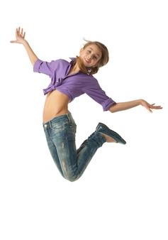 Mooi springend jong meisje dat op wit wordt geïsoleerd