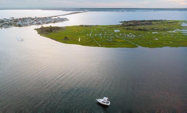 Mooi stedelijk landschap kustplaatsje in gebied uitzicht vanaf naar ocean bay pier met jacht boten op water in zomerdag